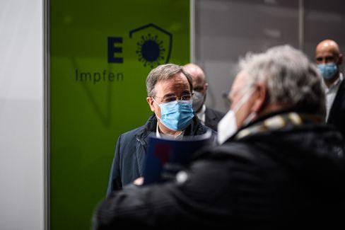 Armin Laschet in einem Impfzentrum in Aachen