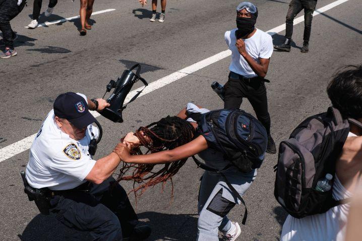 Unnötig brutal: ein Polizist und ein Black-Lives-Matter-Demonstrant auf der Brooklyn Bridge