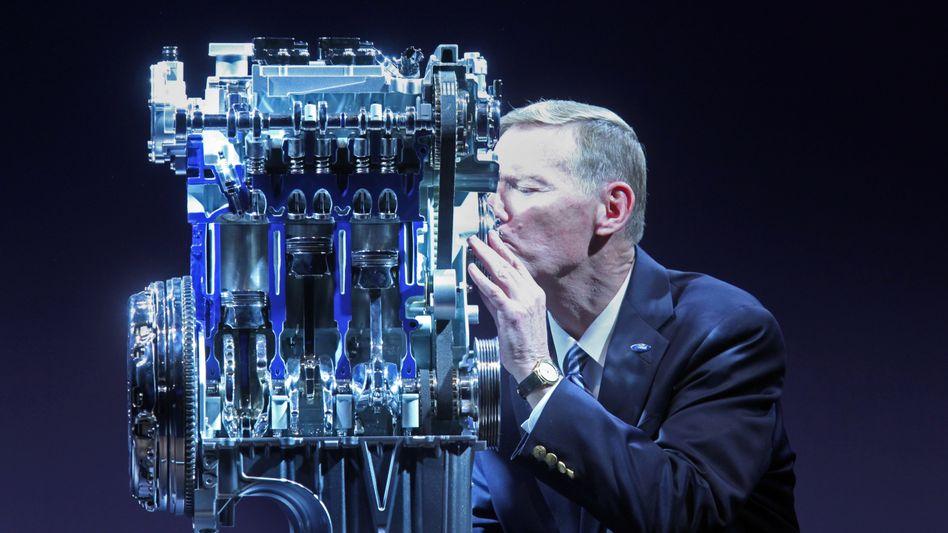 Liebe zum Downsizing: Ford-Chef Mulally küsst ein Dreizylinder-Triebwerk