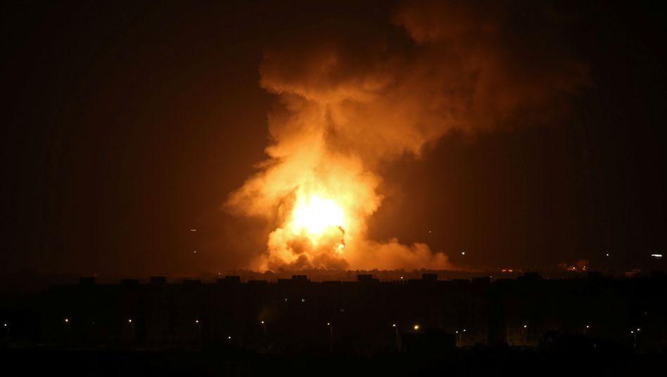 Bombenangriff im Gazastreifen: Flammen und Rauch steigen auf