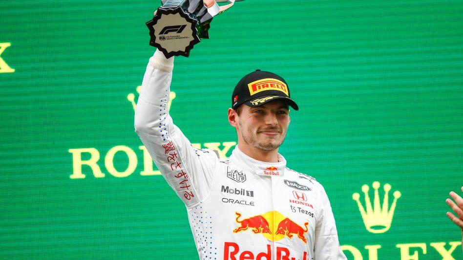 Max Verstappen bei der Siegerehrung in Istanbul