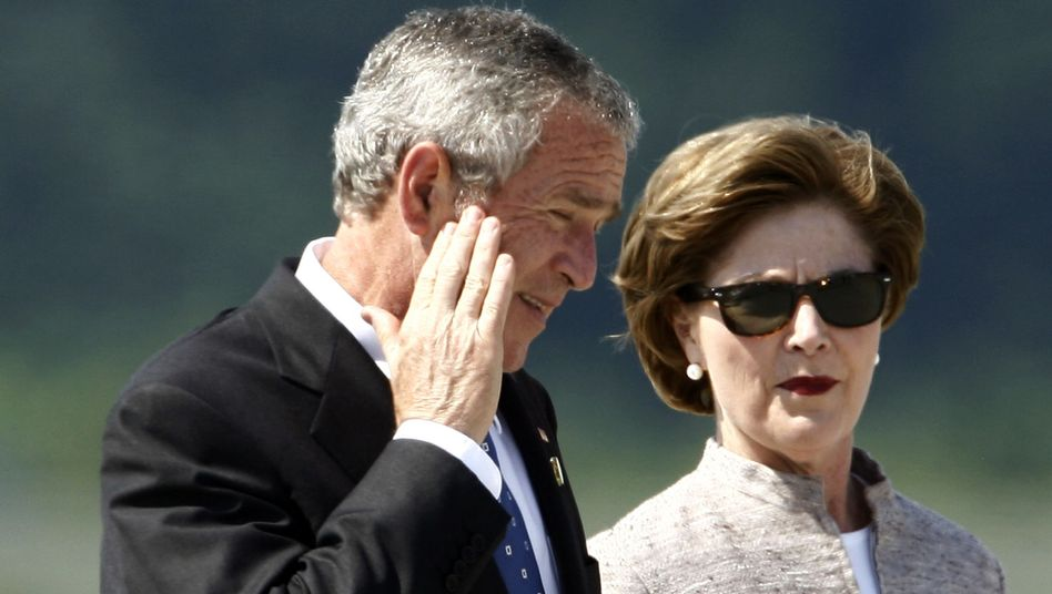 Then-US President George W. Bush and Laura Bush at Heiligendamm in 2007: Laura Bush writes in her memoirs that they may have been poisoned.