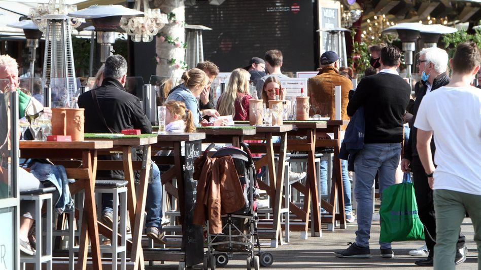 Restaurant in Düsseldorf: Die von der Pandemie besonders betroffene Gastronomie hat bereits angekündigt, die Senkungen nicht weitergeben zu wollen