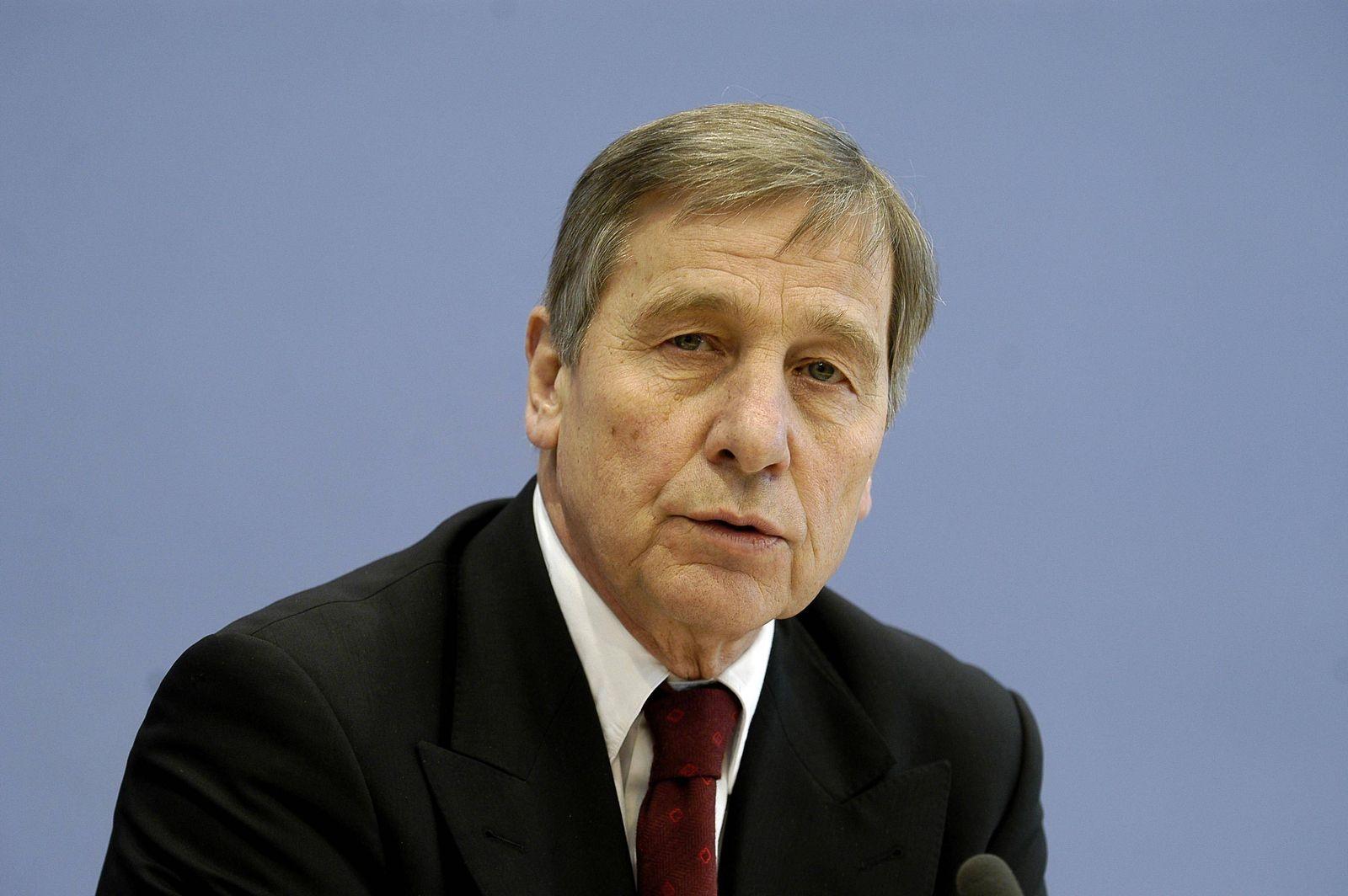 Wirtschaftsminister Wolfgang Clement (Deutschland/SPD) während der Bundespressekonferenz in Berlin