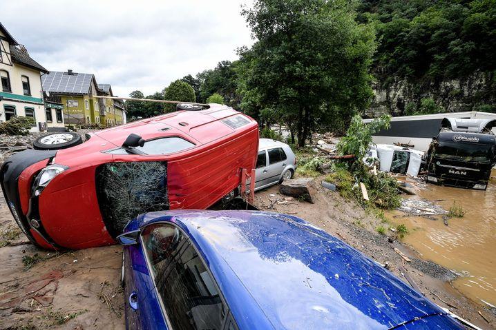 Landkreis Ahrweiler: Von den Wassermassen mitgerissene Fahrzeuge