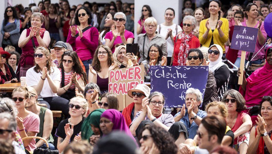 In viele Städten und Ortschaften streiken die Frauen - so auch in Luzern