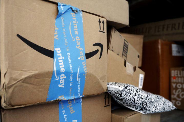 Amazon-Pakete mit Prime-Day-Aufklebern in einem UPS-Transporter