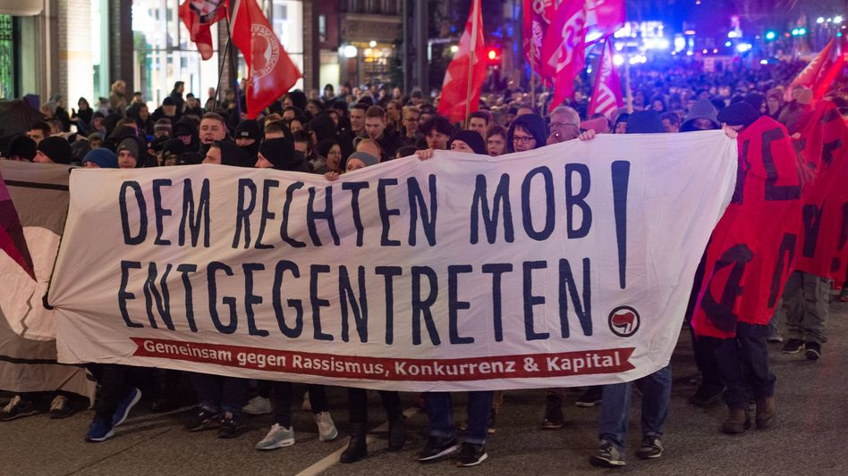 In Hamburg demonstrierten etwa 1500 Menschen gegen die Wahl von Kemmerich zum Thüringer Regierungschef