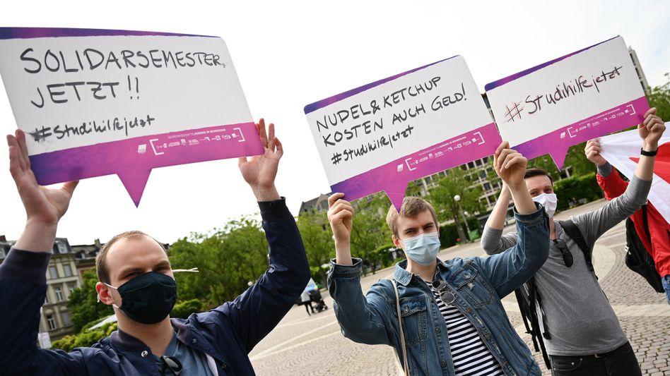 """Studierende bei einer Kundgebung in Hessen Anfang Juni: """"Nudeln und Ketchup kosten auch Geld"""""""