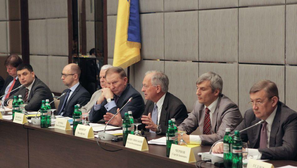 """Vizemoderator Ischinger (dritter von rechts), links daneben Expräsident Leonid Kutschma am Runden Tisch: """"Ein nach vorne gerichteter Prozess"""""""