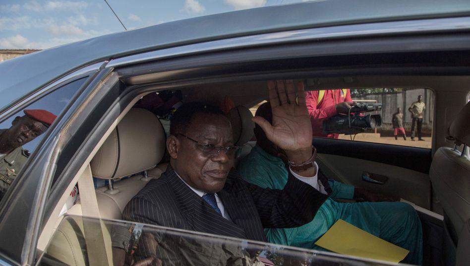 Maurice Kamto grüßt nach seiner Freilassung aus einem Auto
