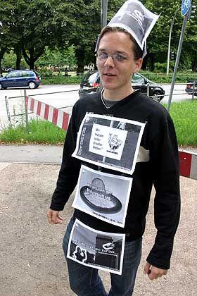 Arne Semsrott: Er trägt Werbung spazieren - aber nur vor der Schule