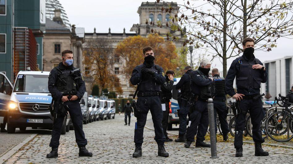 »Befriedeter Bezirk«: Polizisten am Mittwochmorgen vor dem Bundestag in Berlin