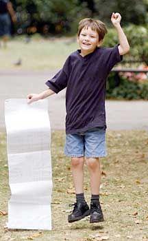 Kleiner Mann ganz groß: Arran Fernandez mit seinen Prüfungsergebnissen