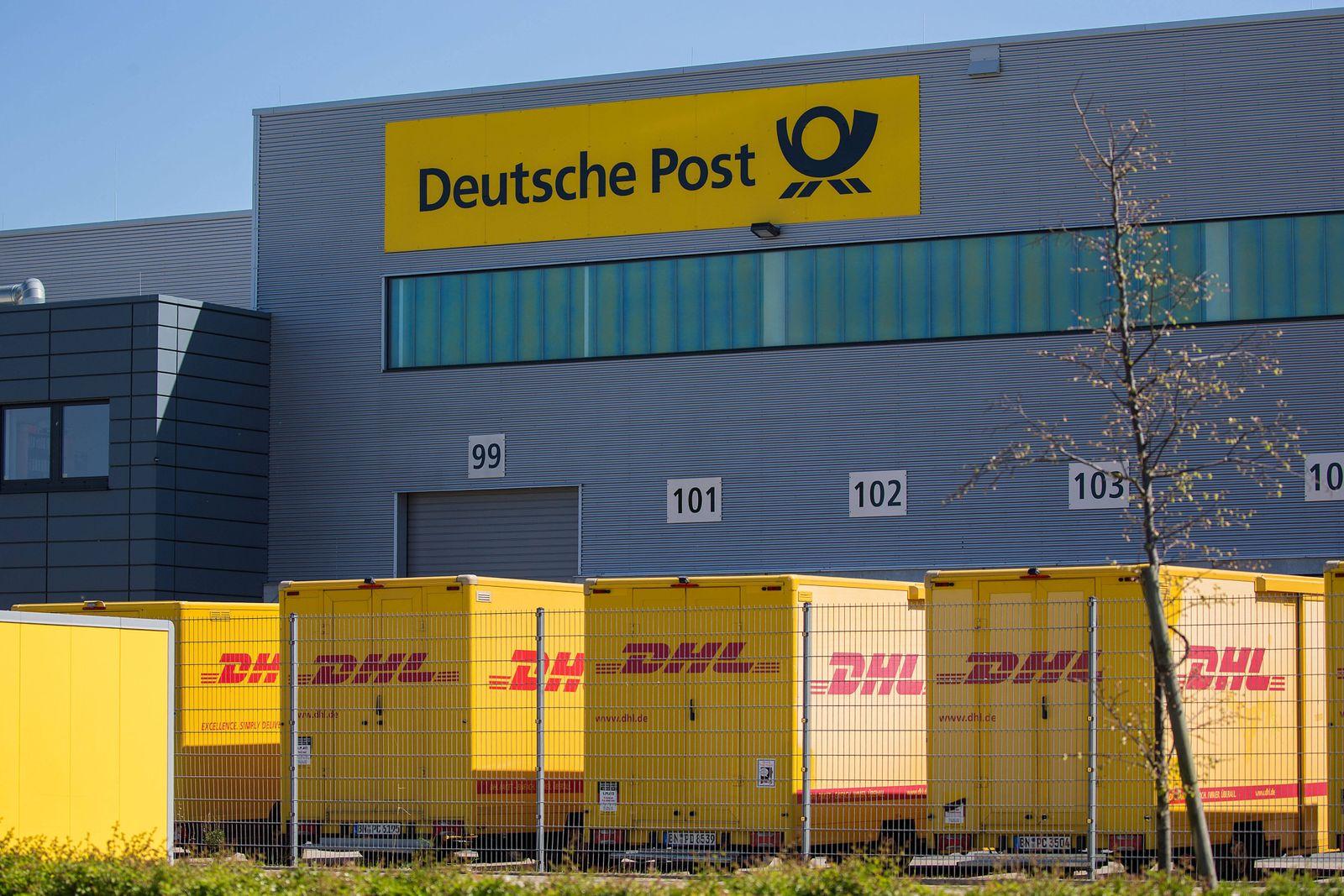 Osnabrueck, Deutschland 19.04.2020: Symbolbilder - 2020 Deutsche Post, DHL, Schriftzug, Logo, Schriftzug, Schild, Featur
