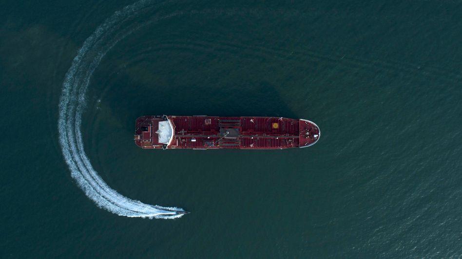 Schnellboot der iranischen Revolutionsgarden umkreist Öltanker (Symbolbild)