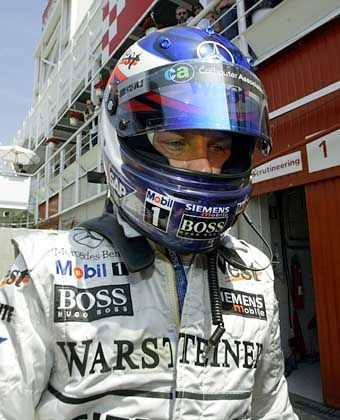 Ankündigung eines Debakels: Der WM-Führende Kimi Räikkönen verlässt nach dem Qualifying enttäuscht die Rennstrecke. Nachdem er es versäumt hatte, eine wertbare Runde zu fahren, musste der Finne das Rennen von der Boxengasse aus starten. Ohne großen Erfolg: Schon nach wenigen Metern krachte er in den stehengebliebenen Jaguar von Antonio Pizzonia