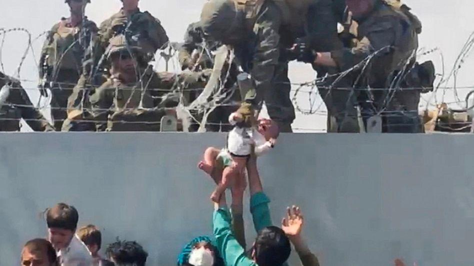 Im Griff des GIs: Das Baby wurde zu einer medizinischen Station gebracht