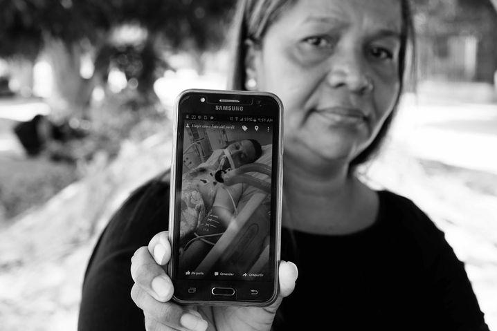 Aixta Julia Marques mit dem Bild ihres kranken Mannes