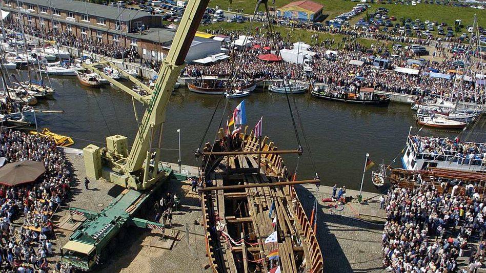 Stapellauf einer nachgebauten Hansekogge: Auf Basis mehrerer Schiffswracks konstruiert