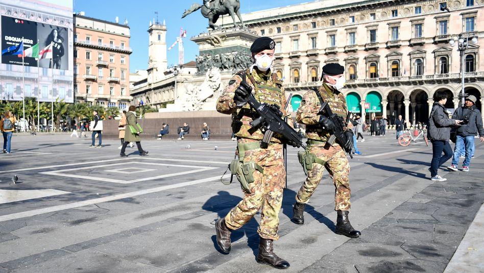 Soldaten mit Mundschutz patrouillieren über den Domplatz in Mailand