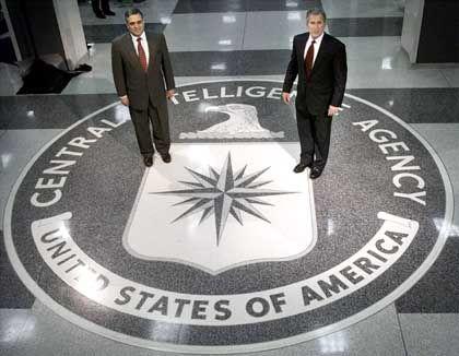 US-Präsident George W. Bush und CIA-Chef Tenet in der Zentrale des Geheimdienstes