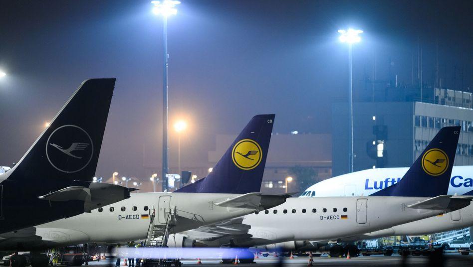 Passagiermaschinen der Lufthansa auf dem Gelände des Frankfurter Flughafens