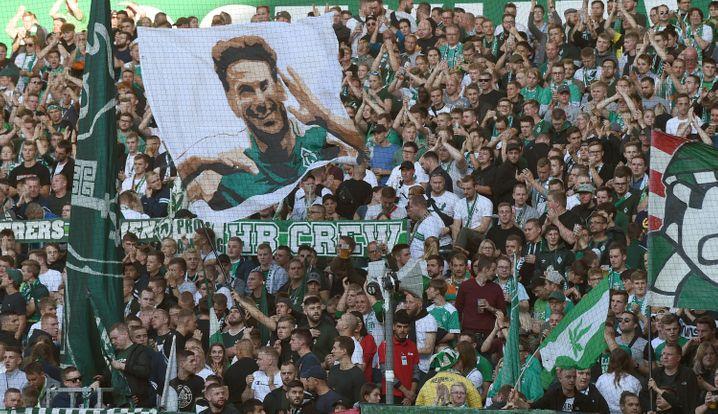 Claudio Pizarro wird in der kommenden Saison nicht mehr auf dem Platz stehen, Fans, wie hier im Weserstadion von Werder Bremen, sollen aber auf die Ränge zurückkehren