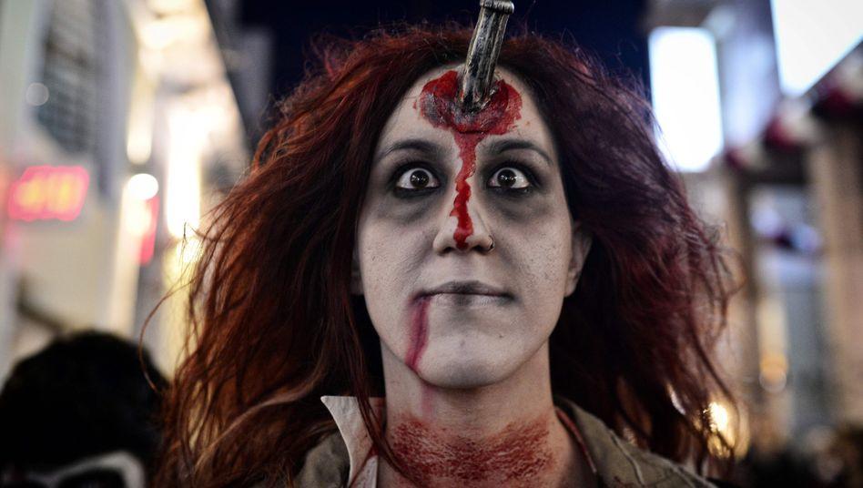 Diese Frau feiert im Zombie-Kostüm Karneval. Keine Angst, die kann ihrem PC nicht gefährlich werden.