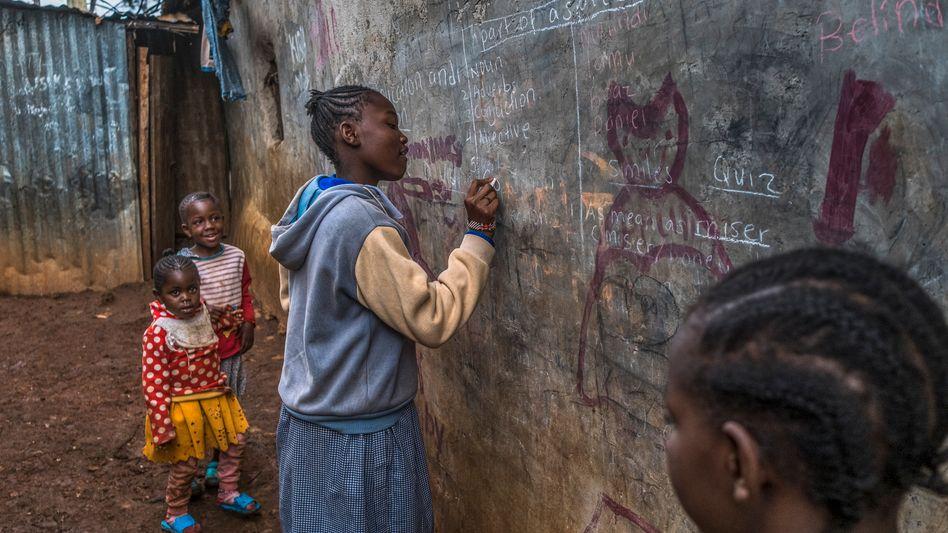 Kinder in einem Slum in Kenia: Kein Geld für Privatlehrer, kein Schreibtisch, kein eigenes Zimmer