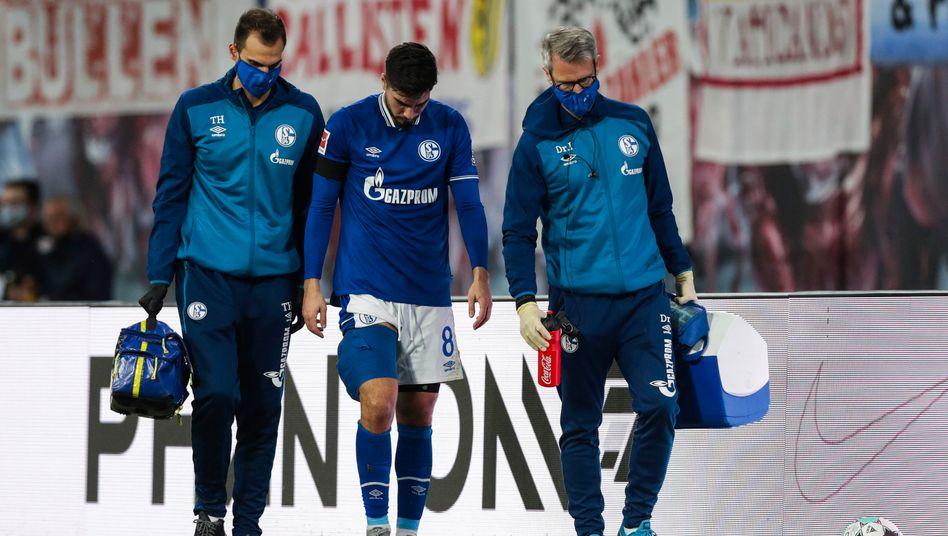 Auf Schalke hängen die Köpfe nach unten: Suat Serdar verlässt verletzt den Platz