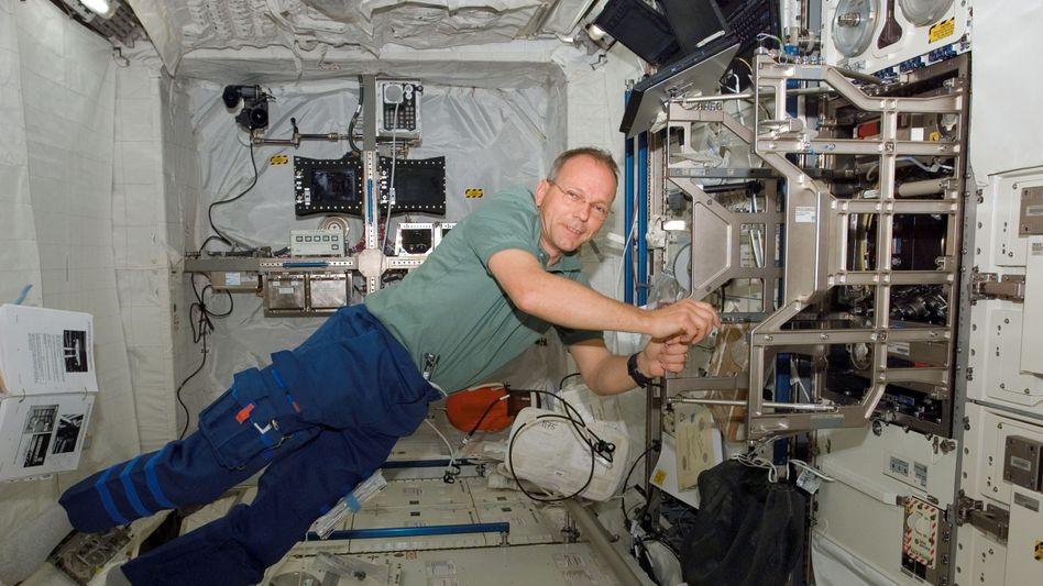 """Astronaut Hans Schlegel im """"Columbus""""-Raumlabor (Februar 2008)"""