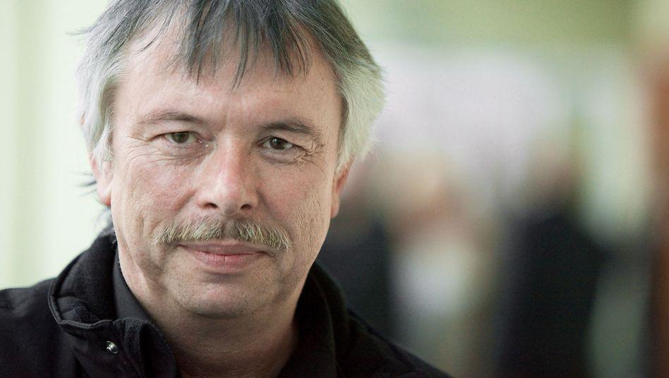 Gerhard Wallmeyer, 67, gehörte zu den Gründern von Greenpeace Deutschland. Mehr als 35 Jahre lang leitete er das Fundraising von Greenpeace. Heute berät er Nichtregierungsorganisationen.
