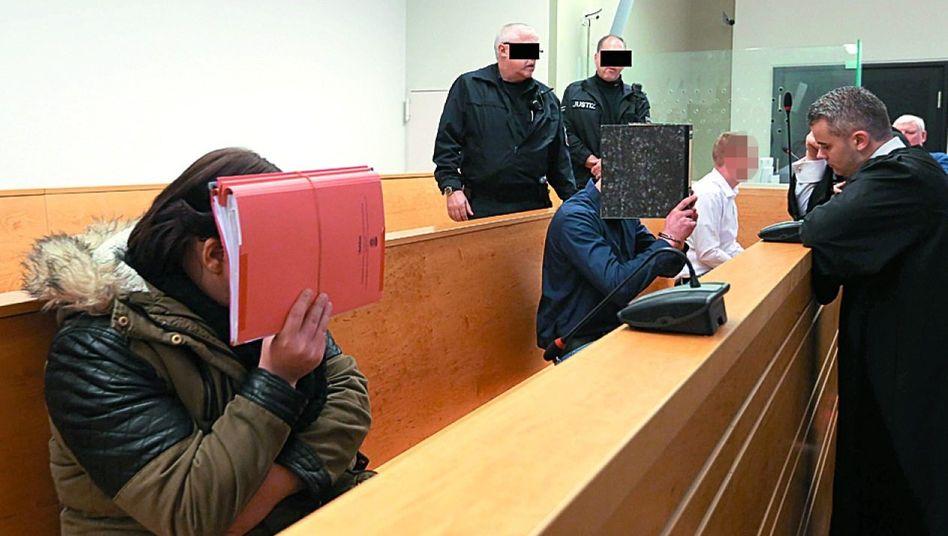 Angeklagte Saskia B., Sascha D. und Dennis L. mit Verteidiger (r.) und Justizbeamten am 10. Februar im Landgericht Hannover