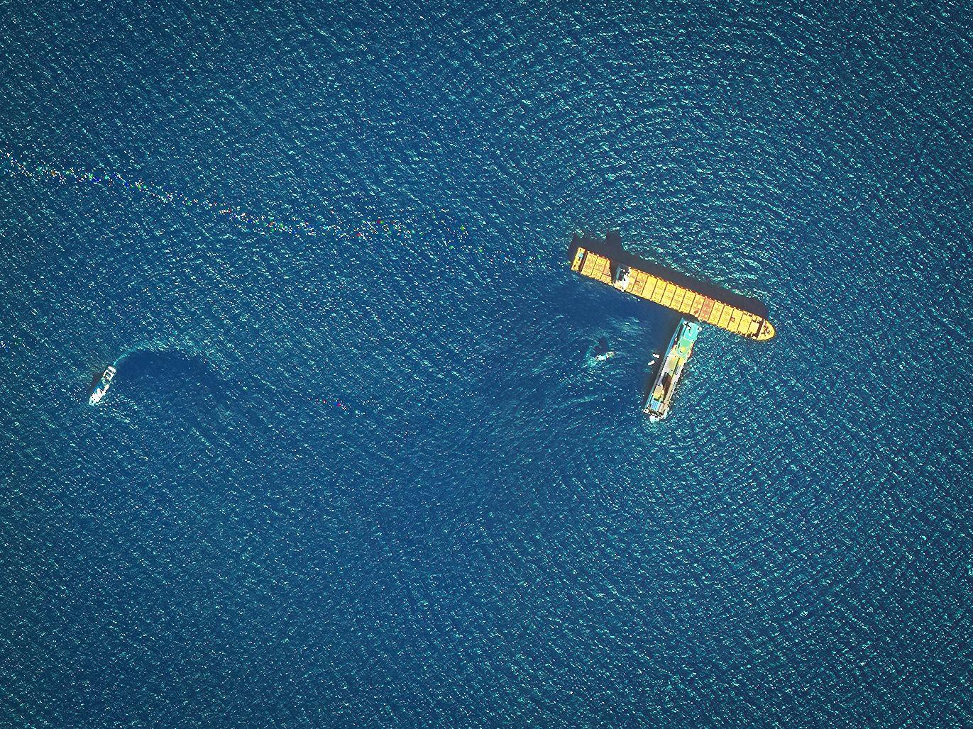 EINMALIGE VERWENDUNG Korsika/ Ölteppich im Mittelmeer