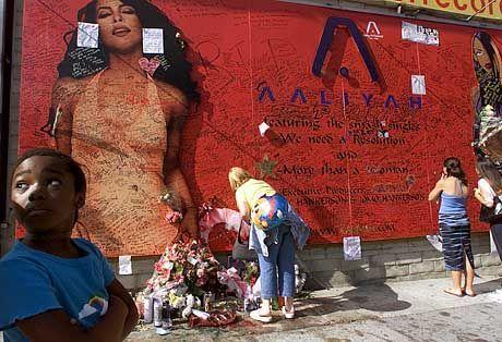 Fans legen Blumen und Briefe vor einem Plakat der Sängerin am Sunset Boulevard in Los Angeles nieder