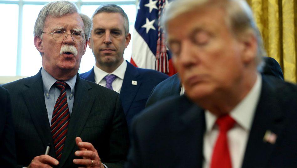 Könnte Trump in der Ukraineaffäre in Bedrängnis bringen: Ex-Berater John Bolton (l.)