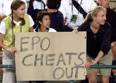 Britische Leichtathletinnen HayleyTullett und Paula Radcliffe (r.) bei einem improvisierten Protest in Edmonton