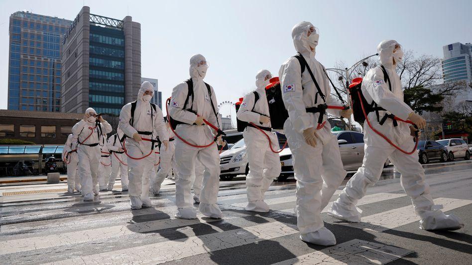 Südkoreanische Soldaten in Schutzkleidung zur Corona-Bekämpfung im März