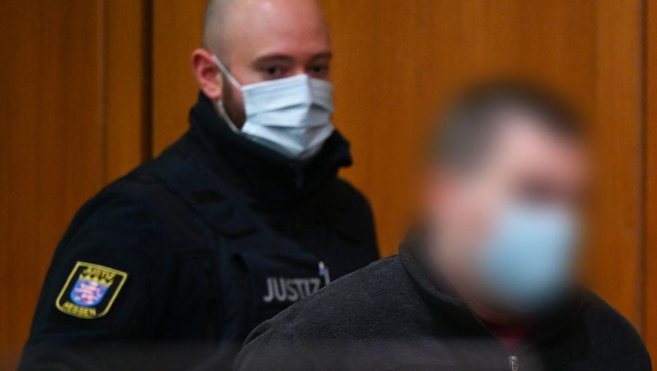 Der 38-Jährige (r.) vor Gericht: Kurz nach der Tat zog schon die Freundin bei ihm ein