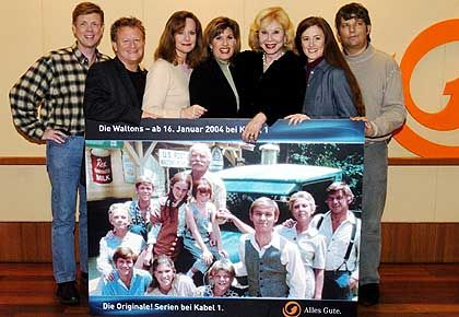 Die Waltons heute: John Walmsley (Jason), Eric Scott (Ben), Mary Beth McDonough (Erin), Judy Norton (Mary Ellen), Michael Learned (Olivia), Kami Cotler (Elizabeth), David Harper (Jim Bob), hinten v.l.