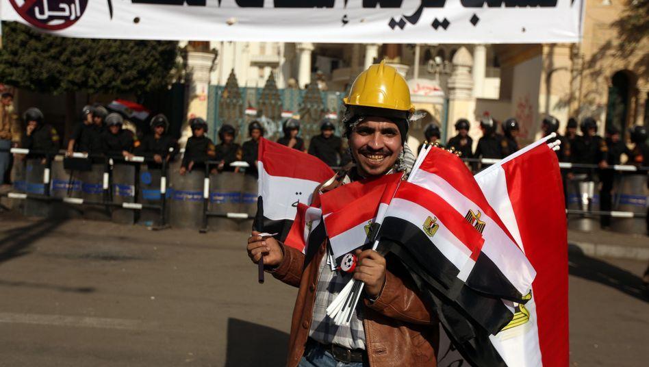 Straßenhändler in Kairo mit Nationalflagge: Zentrale Forderung der Opposition erfüllt