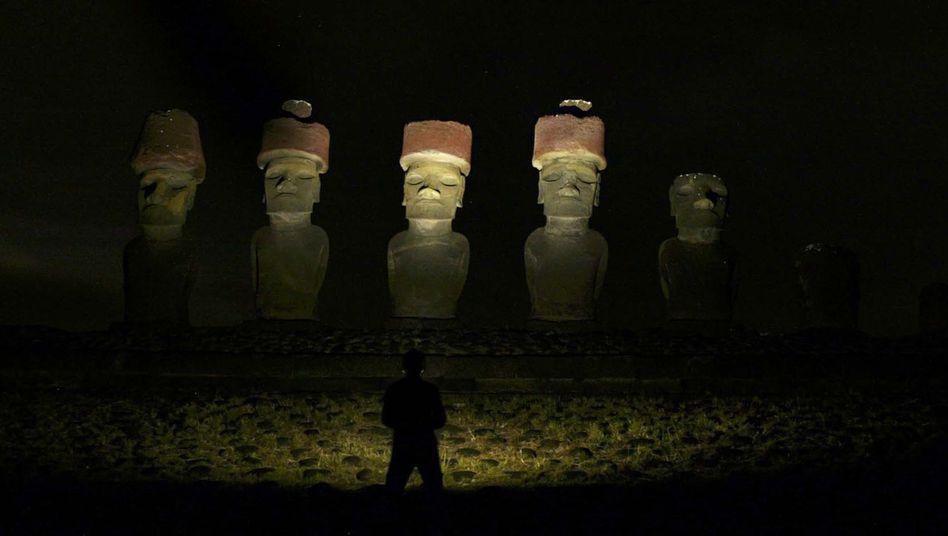 Statuen auf der Osterinsel (Archivbild vom Oktober 2003): Geheimnis der roten Hüte