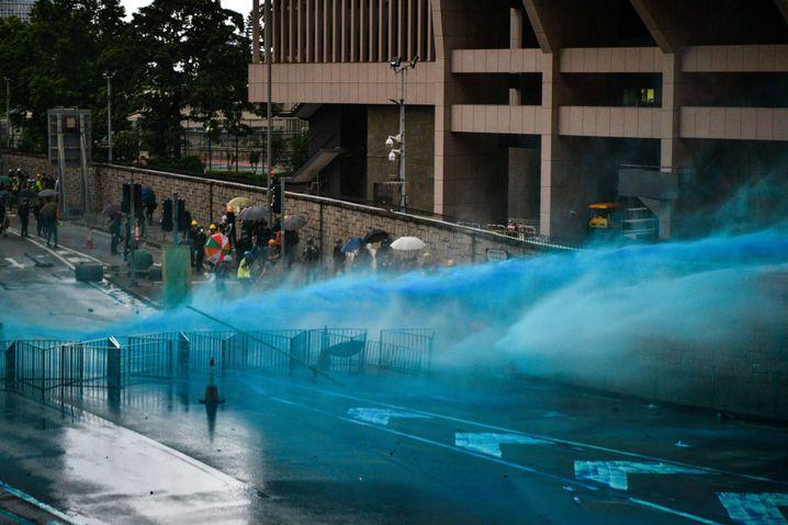 Hongkonger Polizei setzt blau eingefärbtes Wasser gegen Demonstranten ein