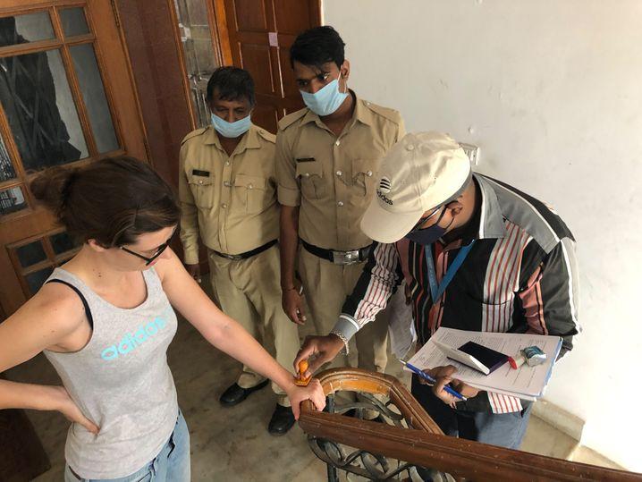 SPIEGEL-Korrespondentin Höflinger beim Stempeln durch die lokalen Behörden in Bangalore