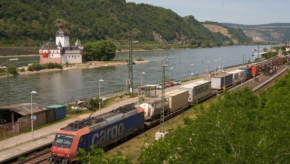 Güterzug am Mittelrhein bei Kaub: Verbot jetzt, Strafen erst in einem Jahr