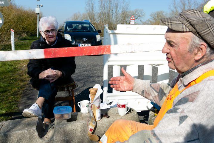 Inga Rasmussen, 85, aus dem dänischen Gallehus und Karsten Tüchsen Hansen, 89, aus Süderlügum in Nordfriesland: Prost mit Punsch