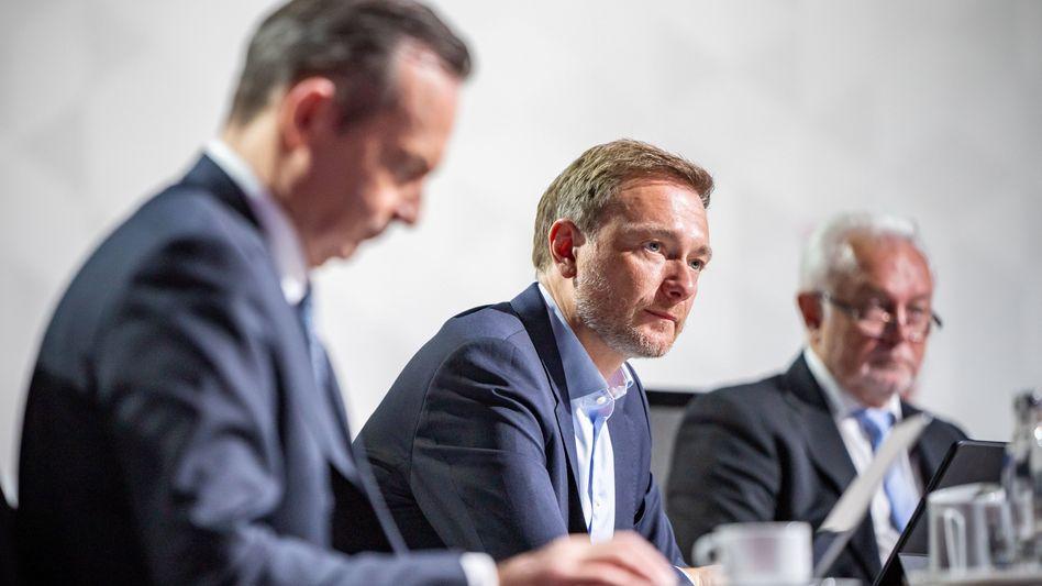 Als die Delegierten für die Entkriminalisierung aller Drogen in Deutschland stimmten, reagierte der FDP-Chef Christian Lindner (M.)