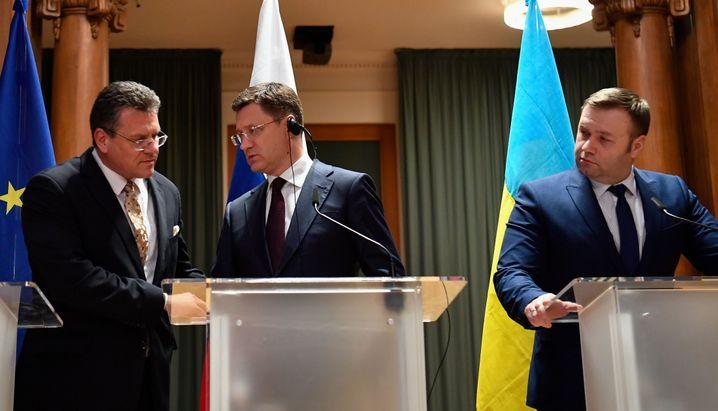 Einigung im Gasstreit: Russlands Energieminister Novak (M.) und sein ukrainischer Kollege Orzhel auf einer Pressekonferenz in Berlin (Archivfoto)