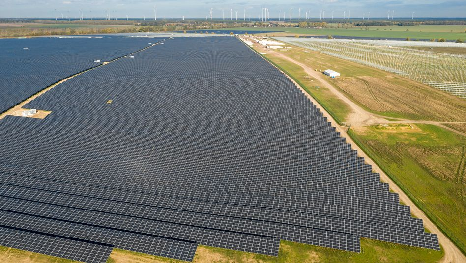Brandenburg, Werneuchen: Dicht an dicht stehen Solarpanele in Deutschlands größtem Solarpark